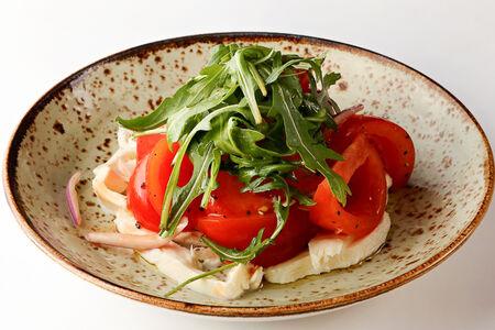 Салат из томатов с сыром