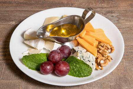 Сырное ассорти с медом и грецким орехом
