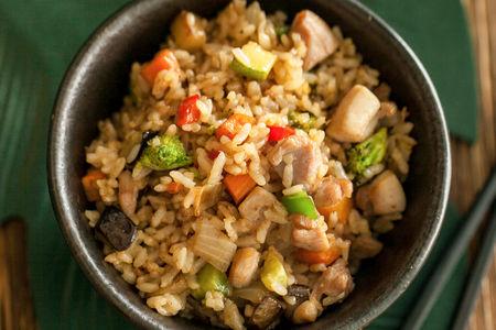 Рис, жаренный с курицей и овощами