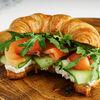 Фото к позиции меню Круассан-сэндвич с лососем