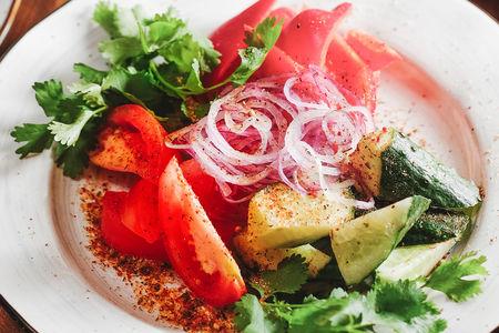 Сезонные овощи со сванской солью