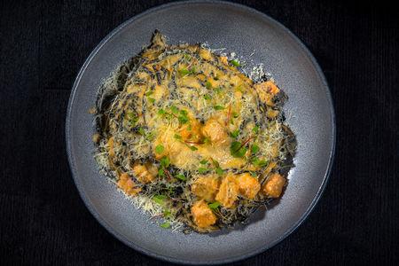 Чёрные спагетти с тихоокеанским лососем