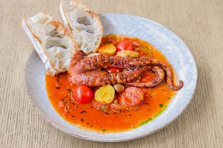Целое щупальце осьминога со средиземноморским соусом