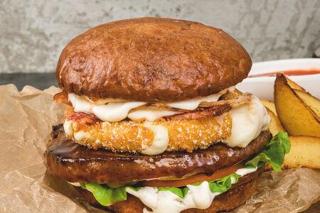 Бургер с говяжьей котлетой и хрустящим сыром