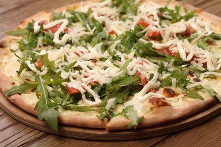 Пицца с лососем и мягким сыром