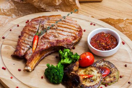 Стейк свинины с печеными овощами