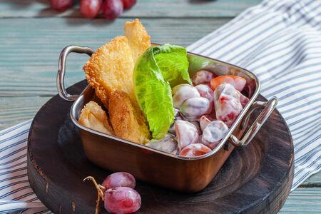 Салат Хрустящий с сыром, черри и виноградом