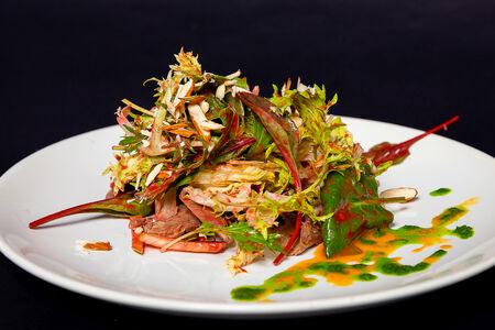 Салат с отварной уткой и малиновой заправкой
