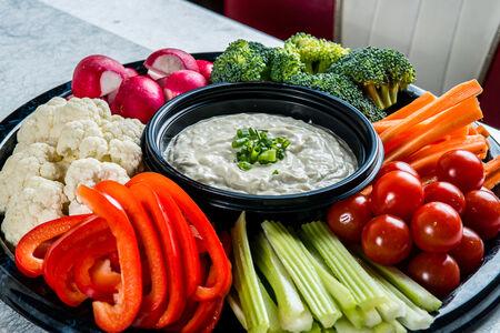 Овощная тарелка с соусом ранч на компанию