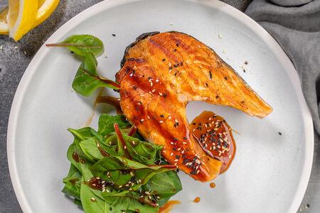 Стейк из лосося с кунжутным соусом и свежим шпинатом