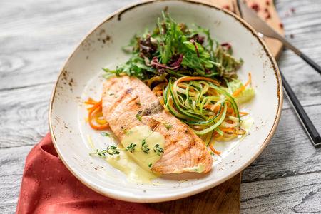 Стейк лосося под шафрановым соусом
