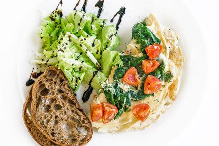 Омлет с помидорами Черри и шпинатом
