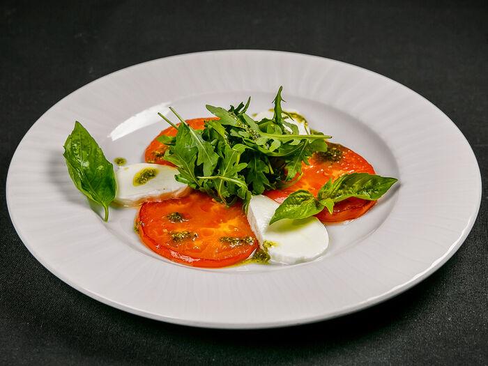 Салат с моцареллой, томатами и рукколой
