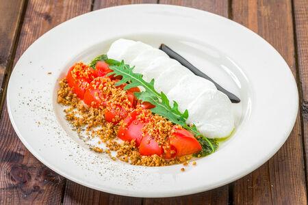 Салат Спелые томаты с молодой моцареллой