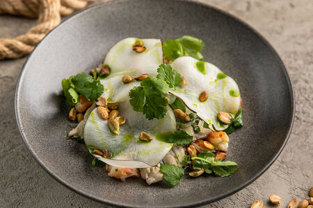 Салат с креветками, курицей и помело