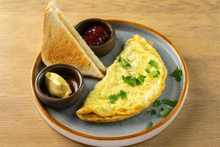 Омлет из трёх яиц  с тостами, джемом и маслом