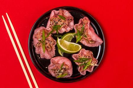Тар-тар из тунца с рисовыми чипсами