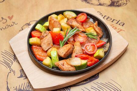 Горячая сковорода с цыпленком и пряными овощами