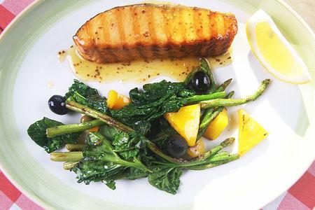 Стейк из лосося с зелеными овощами