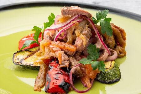 Салат с запеченными баклажанами и ростбифом