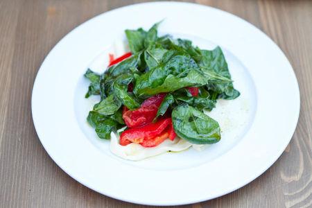 Салат из шпината и сладкого перца на листовом сыре