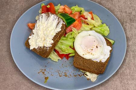 Яйцо пашот на ржаном тосте