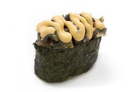 Суши гункан с угрем и соусом спайси