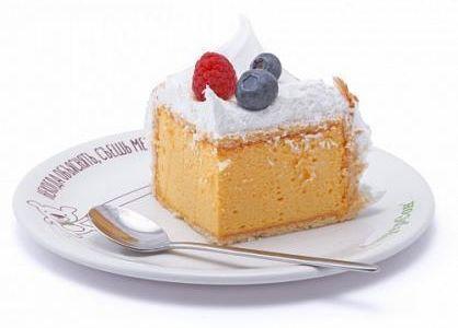 Торт манго-маракуйя с меренгой и ягодами