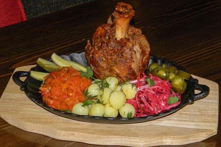Рулька свиная с отварным картофелем