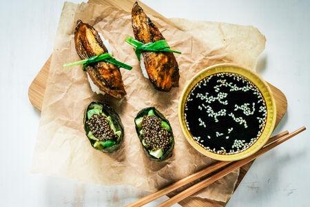 Суши-сет с копченым баклажаном и авокадо