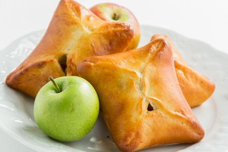 Домашний пирожок с яблоком