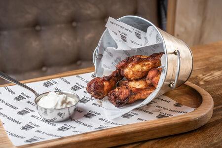 Куриные крылья с соусом Блю-чиз