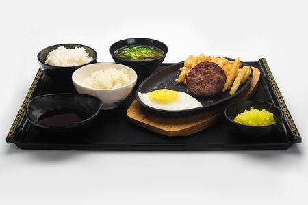Сет сочная говяжья котлета с картофелем-фри и яйцом