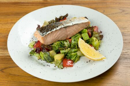 Филе лосося с соте из овощей