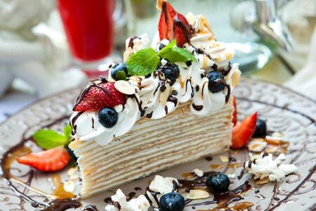 Креп-торт со свежими ягодами и взбитыми сливками шантили