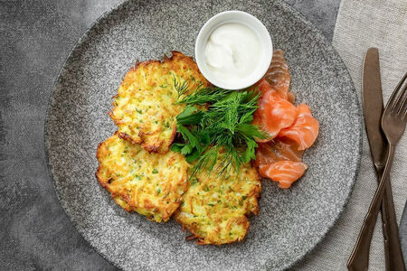 Картофельные драники с лососем и сметаной