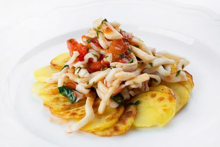 Пикантные кальмары с картофелем слайс