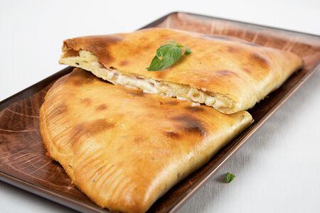 Пицца Кальцоне с лососем и сливочным соусом