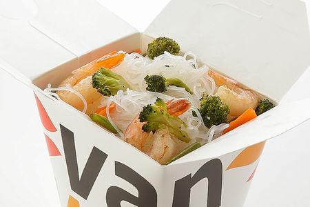 Рисовая лапша вок с креветками и брокколи в соусе