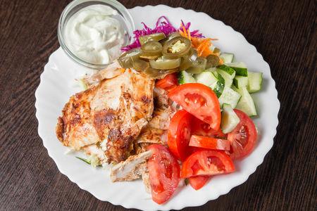 Шаверма на тарелке с витаминным салатом