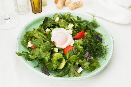 Салат из свежей зелени с бакинскими овощами и яйцом пашот