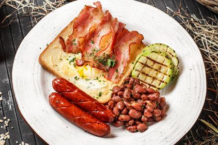 Сытная яичница с охотничьими колбасками и овощами