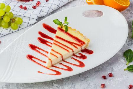 Пирог сырный с клубничным соусом