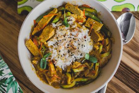 Карри с тофу, рисом и овощами