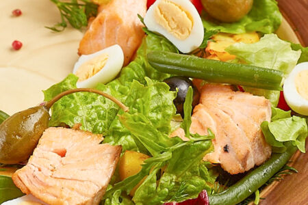 Салат Нисуаз с лососем