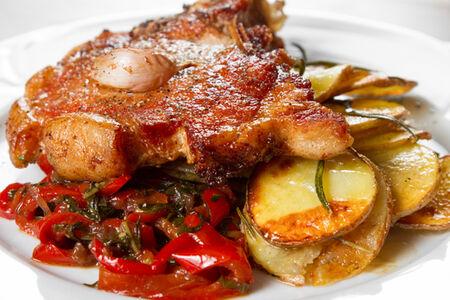 Свиная корейка на кости с печеными овощами