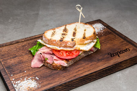 Сэндвич с пастрами и глазуньей