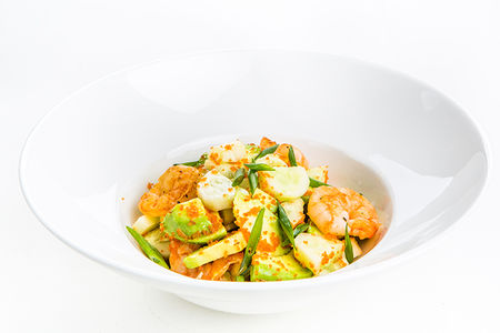 Салат с креветками, авокадо, икрой тобико и лаймом