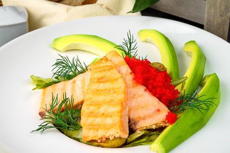 Теплый салат с лососем-гриль, авокадо, запечённым картофелем и икрой летучей рыбы