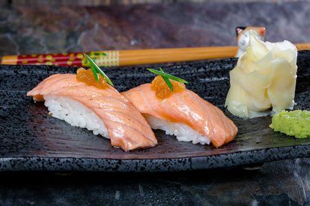Суши лосось запечённый
